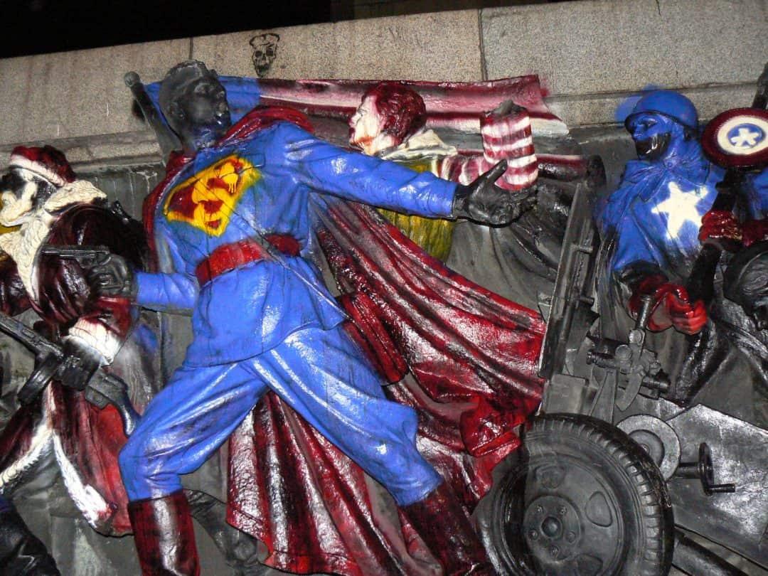 Graffitientfernung von einem Denkmal