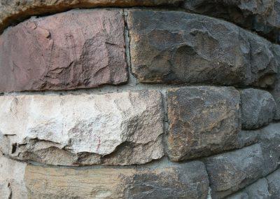 Reinigung einer Natursteinmauer inklusive einer wasser- und ölabweisenden Versiegelung