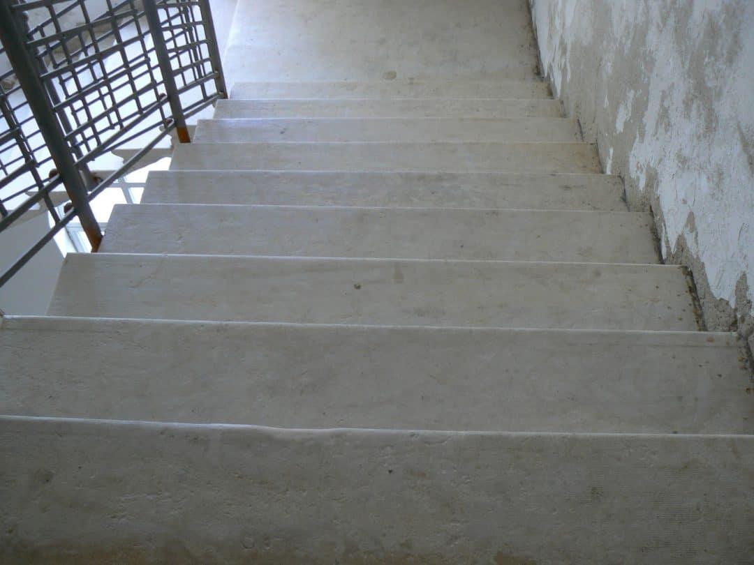 Entfernung von alter Farbe in Steintreppenhaus inklusive wasserabweisender Imprägnierung