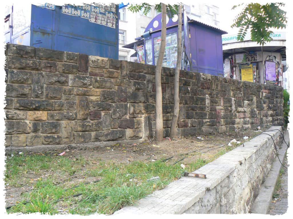 graffitientfernung-natursteinmauer-vorher